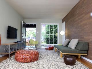 Venice Beachwood - Spacious midcentury-design furnished city suites with 2 bedro