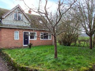 BYE CROSS COTTAGE, detached family accommodation, woodburner, games room, hot tub, near Hereford, Ref. 27427, Monnington-on-Wye