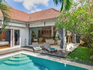 Walk to the beach. 1-bdr romantic pool VILLA SKY. Beside Seminyak square.