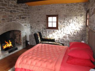 Chambre 1 avec cheminée