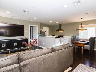 Beautiful, spacious and bright 1 BD home w/garage, Newport Beach
