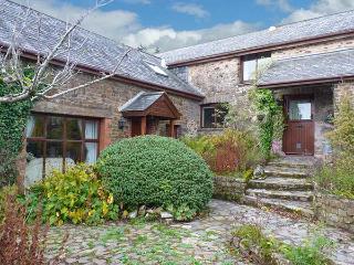 HAZEL BARN, en-suite facilities, enclosed garden plus play area, shared games room, pet-friendly cottage near North Molton, Ref. 918133