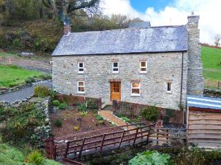 CWMLLECHWEDD UCHAF, detached, Grade II listed farmhouse, peaceful, country location, two woodburners, WiFi, near Llanilar, Ref 918593