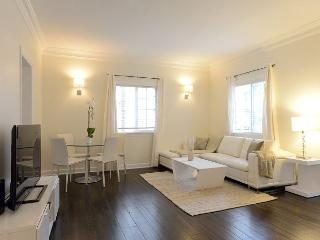 Enjoy Beverly Hills in this well appointed 2 bedroom apartment!