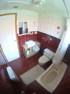 Baño compartido para habitación matrimonial en primera planta.
