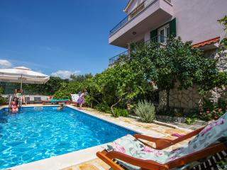 Trogir Apartment with pool in Villa