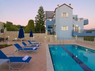 Blue Villa II, private pool and garden!, Rethymno