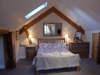 Double en-suite bedroom in courtyard development, Chapmanslade