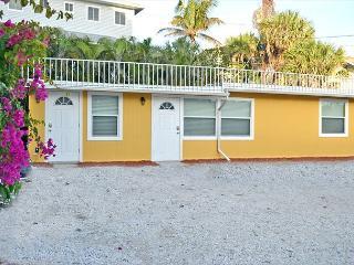 Beachside Studio Located Across from Main Beach and Half Mile to Village, Siesta Key