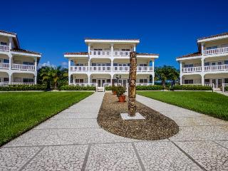 Spacious resort condo w/ private patios & pool access, Placencia