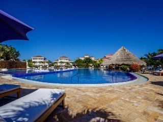 Exquisite master suite w/ Jacuzzi tub in luxury resort, Placencia