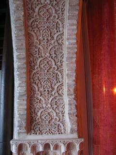 Detalle del arco de yesería decorada