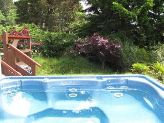 J & R Hideaway Chalet~Hot Tub, Ocean View, Walk to Town, Park Boat or Trailer, Trinidad