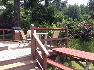 J & R Hideaway Chalet~Hot Tub, Ocean View, Walk to Town, Park Boat or Trailer