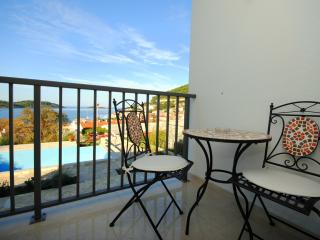 Deluxe terrace apartment with heated pool in Vis