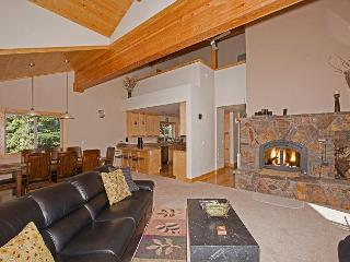Brookstone - Spacious Tahoe Donner 5 BR  w/ Hot Tub - Sleeps 12. From $400/nt, Truckee