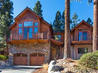 5BR/3BA Luxury Custom Estate in South Tahoe + Private Hot Tub, Sleeps 14, South Lake Tahoe