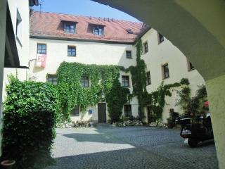 gelangen Sie in den Schlossinnenhof mit Parkplätzen