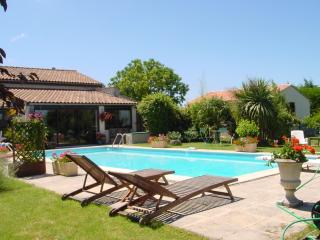 Cottage with pool (usually sole use) + garden room, Semoussac