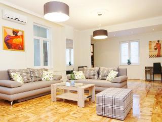 3 Bedroom HUGE CENTRAL SQUARE FLAT for 7 people !, Belgrado