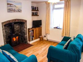 MARKET COTTAGE, king-size bed, woodburning stove, pet friendly cottage in Builth