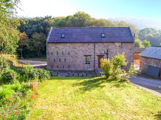 RHWEL FARM GRANARY, games room, woodland views, WiFi, large grounds, in Mold, Ref. 904621