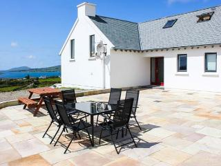 THE HIGH FIELD, sea views, unusual layout, woodburner WiFi, Sky TV, detached cottage near Cahersiveen, Ref. 905261