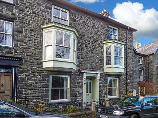 WENALLT, stone-built townhouse, woodburner, pet-friendly, in Dolgellau, Ref 1261