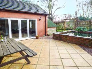 LANSDOWNE LODGE, open plan, woodburner, hot tub, pet-friendly, WiFi, Market Rasen, Ref 914607
