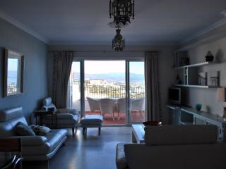Salon y Balcon con vistas / Lounge (Livingroom) and Balcony with view to the beach and the mountain.