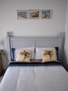 Habitacion con cama de matrimonio/ Bedroom with double bed.