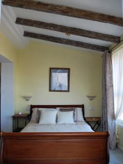 Habitacion Principal con vistas al mar / Main Bedroom with view to the coast from bed.