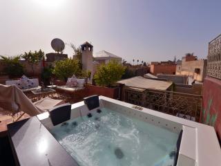 Jacuzzi sur la terrasse supérieure, avec un solarium et la vue du Riad Dar Khmissa Marrakech
