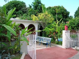 Near plazas, restaurants, attractions, discos, bus, Kingston