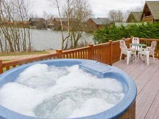 40 Duck Lake, Fishing Lodge with Hot Tub, Tattershall