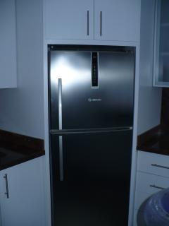 Cocina, nevera con congelador separado