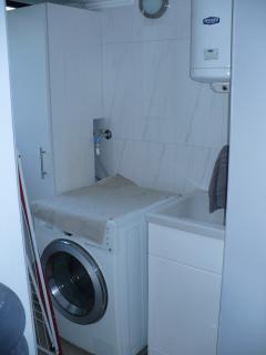 Rincón lavandería, con lavadora/secadora, batea y calentador de agua