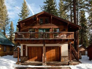 Agatam Retreat - Hot Tub, Fireplace & Gourmet Kitchen - Easy Walk to Beach!!, Tahoe Vista