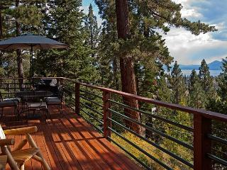 Pioneer - 4BR Lake View, Walk to Town w/ a Hot Tub - Sleeps 12 - From $350/nt, Tahoe City