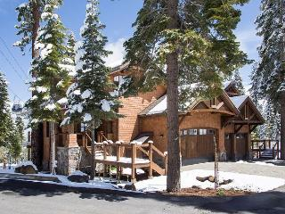 Gondola Getaway - Luxury Ski in/Ski out Townhome in Northstar - Hot Tub Too!, Truckee