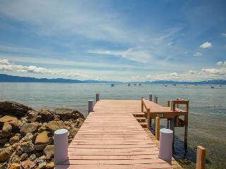 **Lake Escape - 4 BR LAKEFRONT  w/ Pier and Hot Tub** Buoy Too!, Tahoe Vista