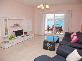 Large modern Apartment for 6-directy at the sea, Pag