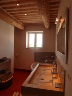 SDB de la suite parentale : lavabo 2 vasques, baignoire, vaste douche à l'Italienne, baignoire,wc