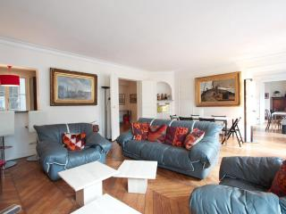 Marais District - Spacious 1200 sq ft Apartment, París