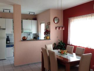 Friendly apartment for vacation Lana, Kastel Luksic