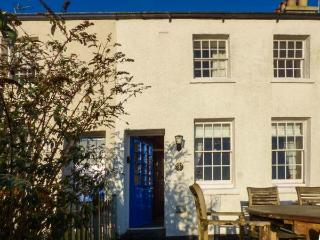BAY COTTAGE, terraced cottage with sea views, woodburner, WiFi, terrace, close to beach in Gorran Haven, Ref 918500