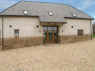 BEDPORT BARN, barn conversion, woodburner, pool table, parking, garden, in High Bickington, Ref 914959