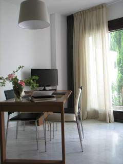 Estudio planta baja: salón con acceso al jardín