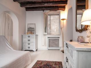 White Coronari Apartment