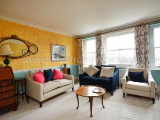 Bright and colourful typical English apartment - Kensington, London